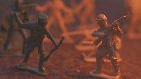 Soldado modelo do brinquedo no fogo O conceito da morte da guerra Movimento lento filme