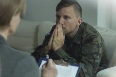 Soldado na consulta com psicanalista foto de stock