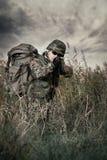 Soldado na guerra no pântano imagem de stock