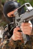 Soldado na máscara preta com um injetor imagem de stock