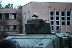 Soldado na situação do controle do veículo de combate imagens de stock royalty free