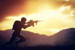 Soldado no tiro com sua arma, rifle do combate Guerra, conceito do exército Fotografia de Stock Royalty Free