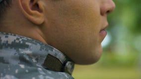 Soldado novo bem barbeado no dever que guarda a unidade militar, a defesa e a segurança video estoque