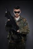 Soldado novo camuflar com um injetor. foto de stock