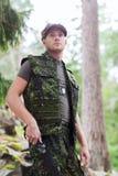 Soldado o cazador joven con el cuchillo en bosque Imagen de archivo