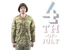 Soldado orgulhoso que está contra o 4o do fundo de julho Imagem de Stock Royalty Free