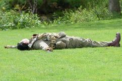 Soldado Playing Dead na Re-promulgação Imagens de Stock