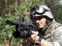 Soldado que apunta con la carabina M4 Imagen de archivo