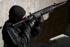 Soldado que apunta con la mañana - arma 4 foto de archivo libre de regalías