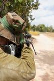Soldado que apunta con un rifle de francotirador Fotos de archivo libres de regalías