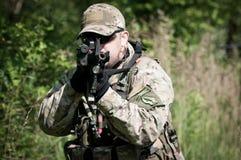 Soldado que apunta en enemigo Foto de archivo libre de regalías