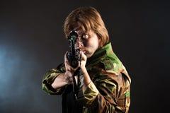 Soldado que apunta un arma Imágenes de archivo libres de regalías