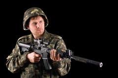 Soldado que arma y un rifle Imágenes de archivo libres de regalías