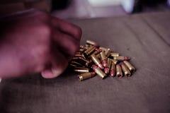 Soldado que carrega um cartucho do calibre de 9mm foto de stock royalty free