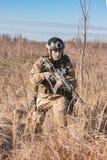 Soldado que corre com arma Fotos de Stock Royalty Free