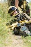 Soldado que está sendo arrastado longe do campo de batalha Foto de Stock