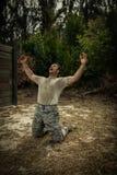 Soldado que grita con los brazos abiertos de par en par Fotos de archivo