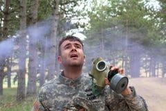 Soldado que grita durante un ataque químico fotos de archivo