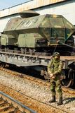Soldado que guarda la exposici?n m?vil de trofeos del ej?rcito ruso durante la campa?a siria foto de archivo libre de regalías