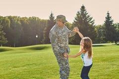 Soldado que juega con la hija, divirtiéndose Imagenes de archivo