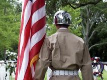 Soldado que paga tributo Fotografía de archivo libre de regalías