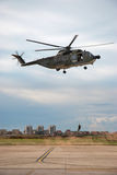 Soldado que pendura de um helicóptero italiano Fotos de Stock Royalty Free