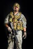 Soldado que presenta con un arma Fotos de archivo libres de regalías