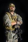 Soldado que presenta con un arma Foto de archivo libre de regalías