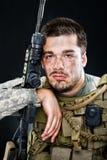 Soldado que presenta con un arma Foto de archivo