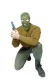 Soldado que se sienta con una arma de mano Imagenes de archivo