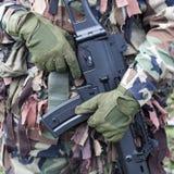 Soldado que sostiene el arma Foto de archivo libre de regalías