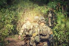 Soldado que sostiene el arma en uniforme lleno del ejército Guardabosques para encontrar noticias, Imagen de archivo libre de regalías
