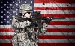 Soldado que sostiene el rifle Fotografía de archivo