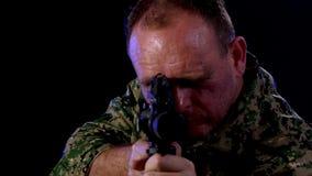 Soldado que sostiene el rifle de asalto metrajes