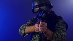 Soldado que sostiene el rifle de asalto en neblina ahumada metrajes