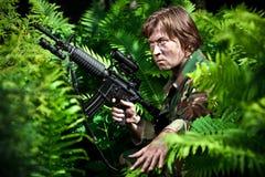 Soldado que sostiene un arma Fotografía de archivo libre de regalías