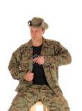 Soldado que tira de su arma de mano Fotos de archivo