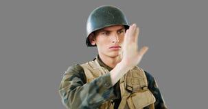 Soldado que usa a tela digital vídeos de arquivo