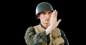 Soldado que usa a tela digital video estoque