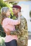 Soldado Returning Home And saludado por la esposa foto de archivo libre de regalías