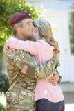 Soldado Returning Home And saludado por la esposa foto de archivo