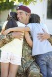 Soldado Returning Home And saludado por los niños foto de archivo libre de regalías