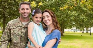 Soldado reunido com sua família foto de stock