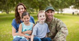 Soldado reunido com sua família fotos de stock