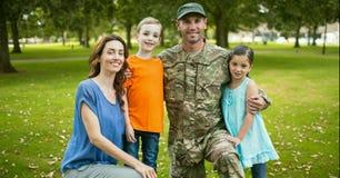 Soldado reunido com sua família fotos de stock royalty free