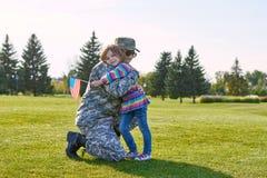 Soldado reunido com sua filha imagem de stock royalty free