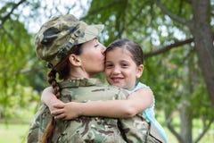 Soldado reunido com sua filha foto de stock royalty free
