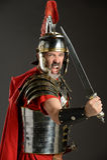 Soldado romano con la espada Imagenes de archivo