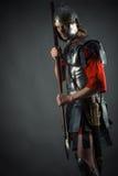 Soldado romano en armadura con una lanza a disposición Fotografía de archivo libre de regalías