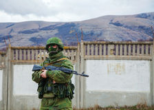 Soldado ruso que guarda una base naval ucraniana en Perevalne, C Fotos de archivo